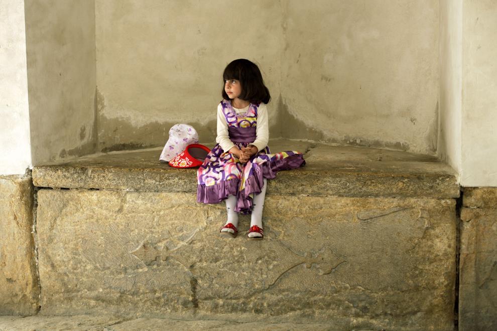 O fetiţă îşi aşteaptă părinţii la intrarea în citadela Arg-e Karim Khan din Shiraz, reşedinţa lui Karim Khan, conducătorul Persiei şi fondatorul Dinastiei Zand în secolul al XVIII-lea.