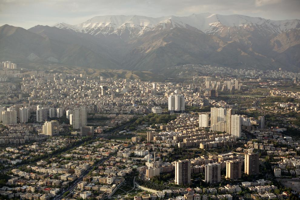 Teheran, capitala Iranului, cu circa 15.000.000 de locuitori ai zonei metropolitane, se dezvoltă într-un ritm alert. Imagine din Turnul Milad, cea mai înaltă construcţie din Iran şi a şasea ca înălţime din lume, care se ridică până la 435 de metri.