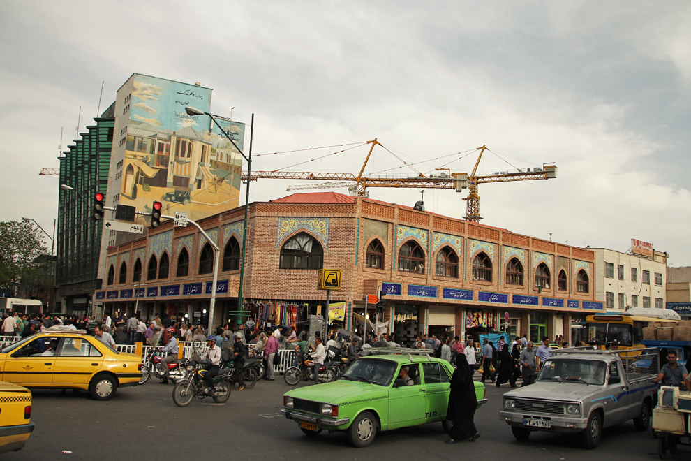 Intrarea în Bazarul din Teheran, un labirint imens şi multicolor de magazine în care ai toate şansele să te rătăceşti.