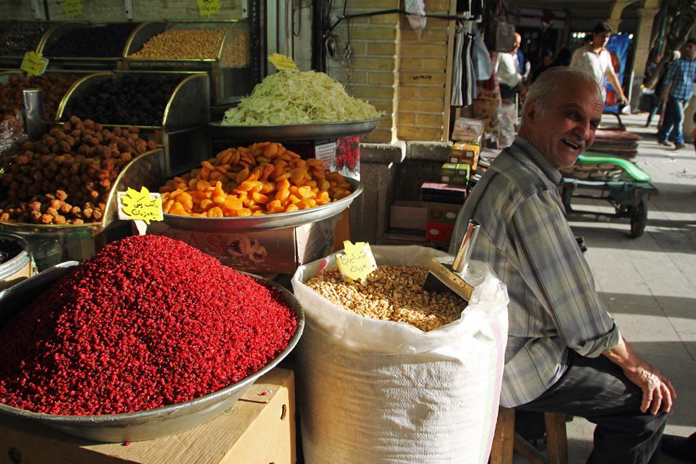 Fisticul, fructele confiate şi sucurile naturale făcute pe loc se găsesc aproape la orice colţ de stradă în Teheran.