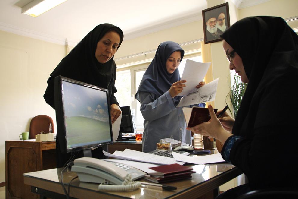 Pentru a-ţi exercita profesia de jurnalist în Iran este recomandat să-ţi faci o acreditare la Centrul de Presă Străină, unde lucrează mai ales femei.