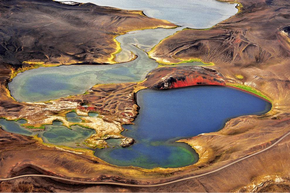 O fotografie realizată în februarie 2012, dintr-un avion Cessna, înfăţişează lacurile colorate din Veiovotn.
