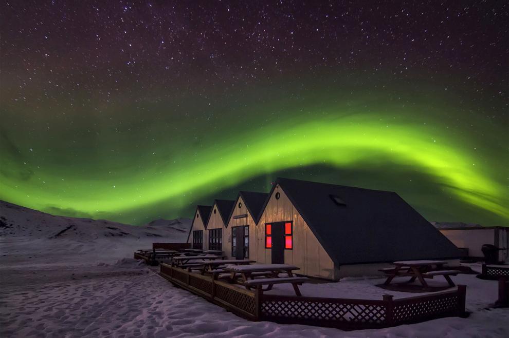 O fotografie realizată în aprilie 2013 înfăţişează o casă din Jokulsarlon, Islanda, scăldată în luminile aurorei boreale.