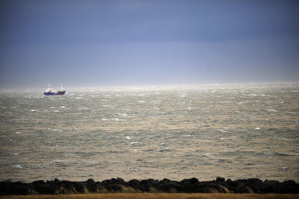 Un vas de pescuit navighează în apropiere de Reykjavik într-o dimineaţă furtunoasă, joi, 9 octombrie 2008.