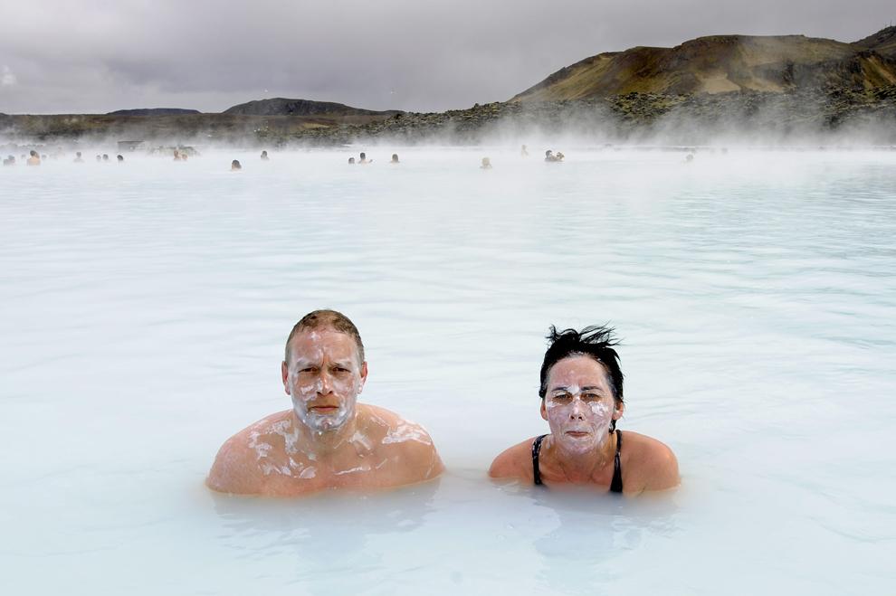 Doi turişti pozează în Laguna Albastră, unde ape albastre şi verzi izvorăsc din izvoarele termale, în Grindavík, sâmbătă, 26 aprilie 2009.