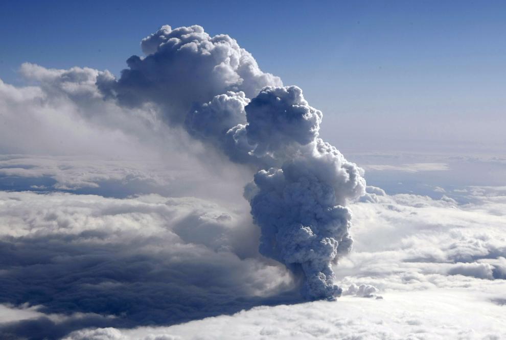 Un pilon de fum produs de vulcanul Eyjafjallajokull poate fi văzut miercuri, 14 aprilie 2010. A doua erupţie a vulcanului în decurs de o lună a topit o parte din gheţarul sub care se află şi a provocat inundaţii ce au forţat evacuarea a 800 de persoane.