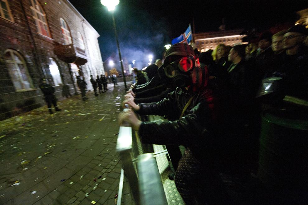 Aproape 8000 de islandezi protestează seara târziu, în faţa parlamentului din Reykjavik, împotriva guvernului primului ministru Johanna Sigurdardottir şi a politicilor sale economice, luni, 4 octombrie 2010. Economia Islandei este in continuă cădere după ce cele mai importante trei bănci ale ţării au dat faliment în 2008, producând şomaj pe scară largă şi proteste care au condus la demisia guvernului.