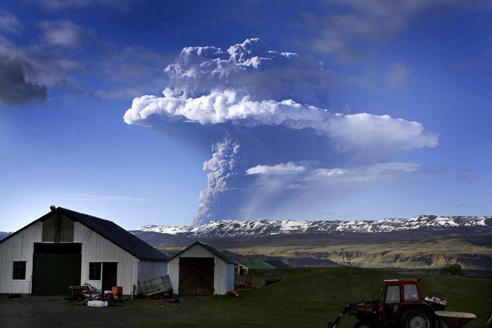 Un nor de fum şi cenuşă poate fi văzut deasupra vulcanului Grimsvoetn, sâmbătă, 21 mai 2011.