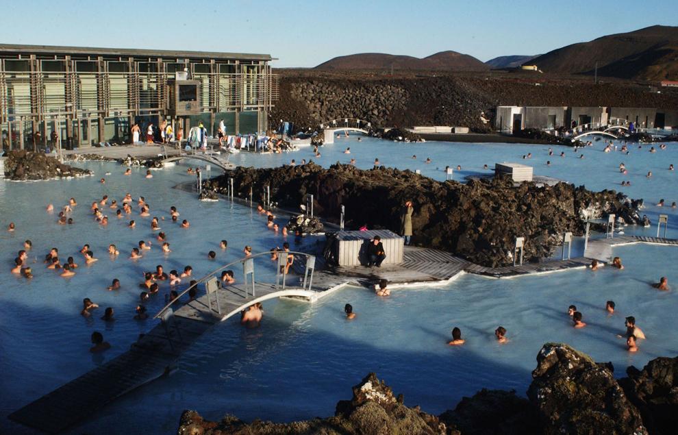 Participanţi la Iceland Airwaves Music Festival fac baie în apele geotermale din Laguna Alabastră, în timpul celei de-a patra zi a festivalului, în Reykjavik, Islanda, sâmbătă, 23 octombrie 2004.