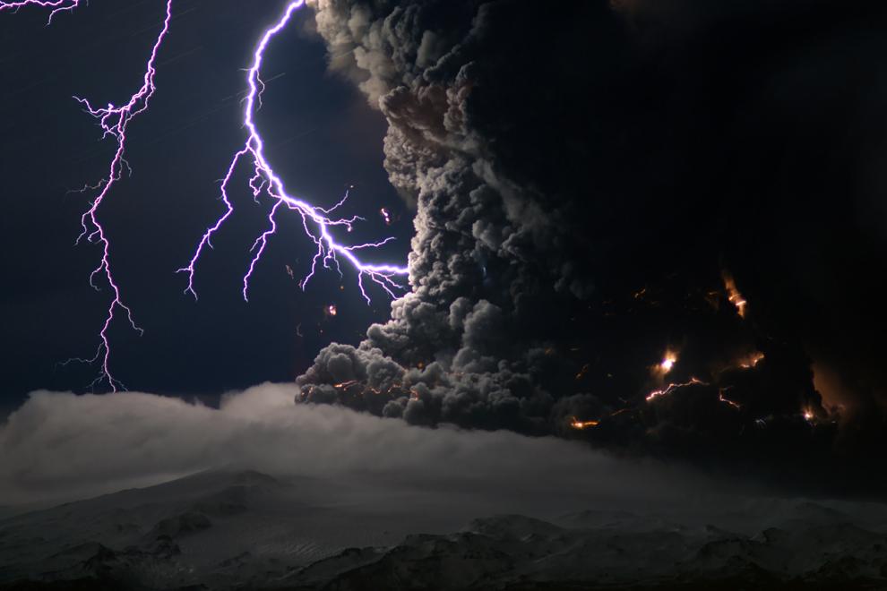 O fotografie realizată vineri, 16 aprilie 2010, înfăţişează erupţia vulcanului Eyjafjallajokull din Islanda.