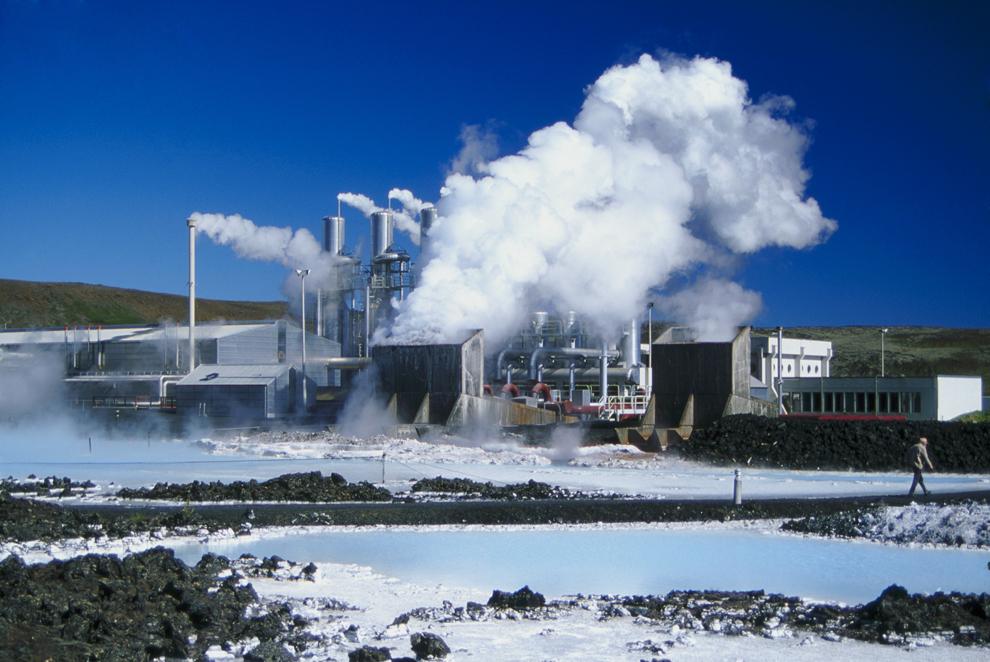 Uzina geotermală şi parcul de distracţii Laguna Albastră pot fi văzute în apropiere de Reykjavik, Islanda, luni, 1 ianurie 2001.