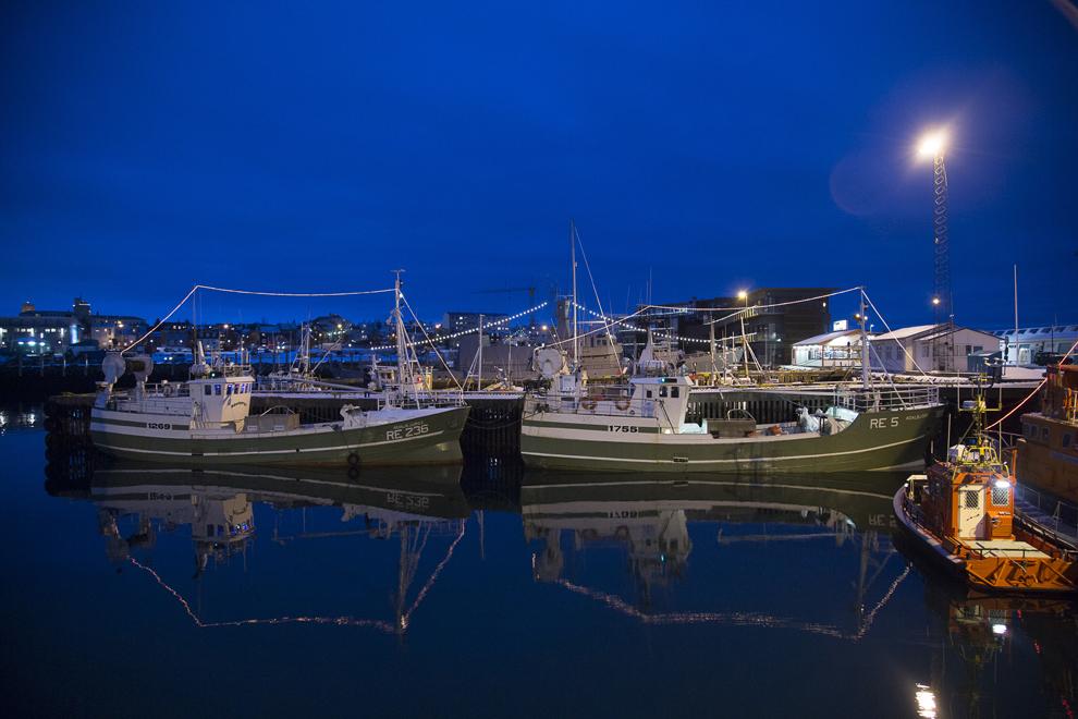 Mai multe vase de pescuit comerciale stau ancorate în portul Reykjavik, marţi, 1 ianuarie 2013. Rata inflaţiei din Islanda a scăzut în decembrie, rezultat al eforturile băncii centrale de a stabiliza moneda locală, krona.