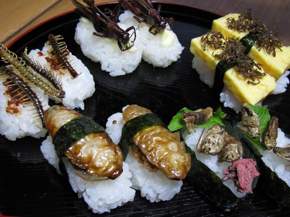 Diverse delicatese pe bază de gândaci pot fi văzute la o petrecere culinară, în Tokyo, iunie, 2010.