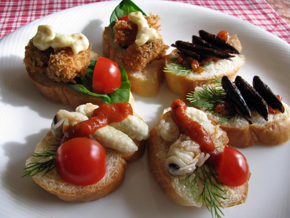 Mai multe tartine cu insecte (cicade prăjite, viespi uriaşe asiatice fierte şi lăcuste fierte şi îndulcite) pot fi văzute la o petrecere culinară, în Tokyo, iunie, 2010.