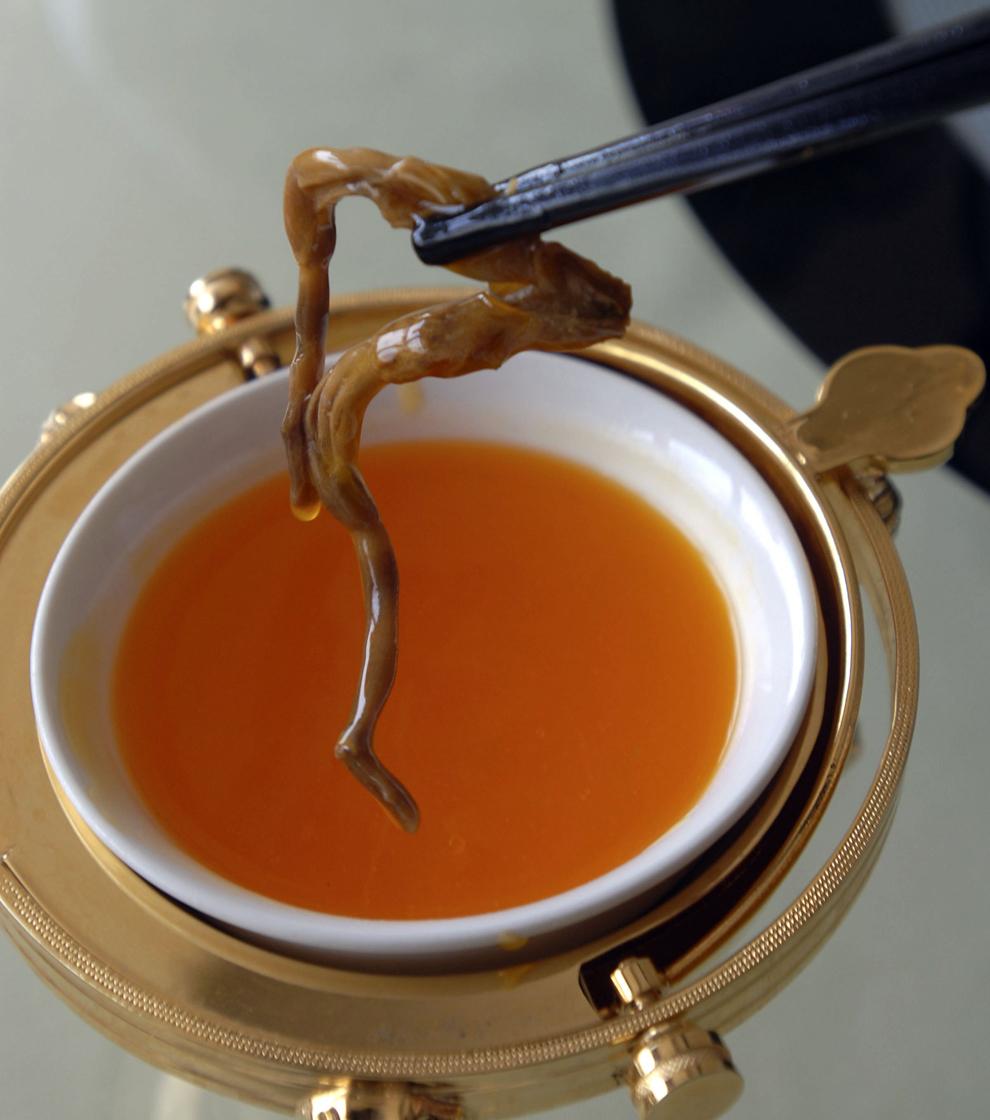 Un penis de şarpe poate fi văzut la unul din restaurantele 'Strong in Pot's' aflat pe strada Xihai din Beijing, luni, 4 aprilie 2006. Specialităţile 'Strong in Pot's' sunt reprezentate de varietăţi de penisuri de animale precum şi hot pot-uri cu o mulţime de ingrediente şi penisuri fierte.