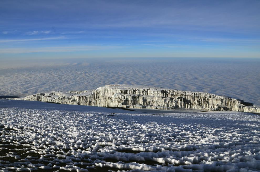 Vedere panoramică de pe Uhuru Peak (5895m) asupra gheţarilor de pe muntele Kilimanjaro, Tanzania, vineri, 12 iulie 2013.