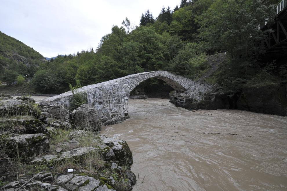 Pod vechi în localitatea Furtio, în Georgia, septembrie 2013.