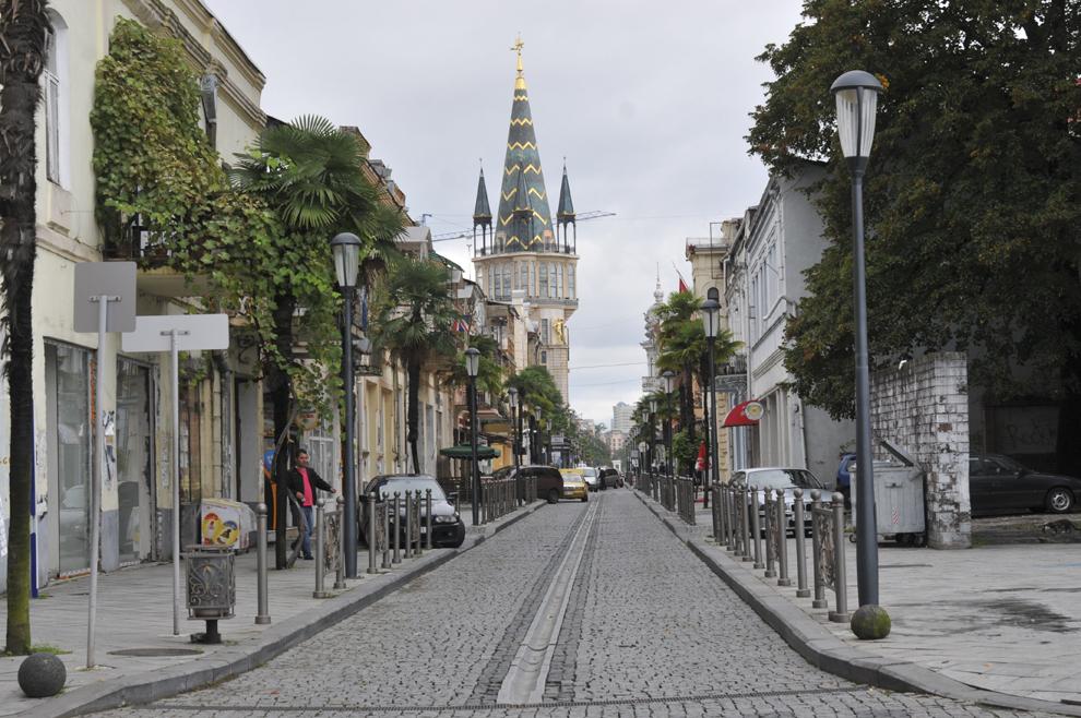 Stradă din centrul oraşului Batumi, în Georgia, septembrie 2013.