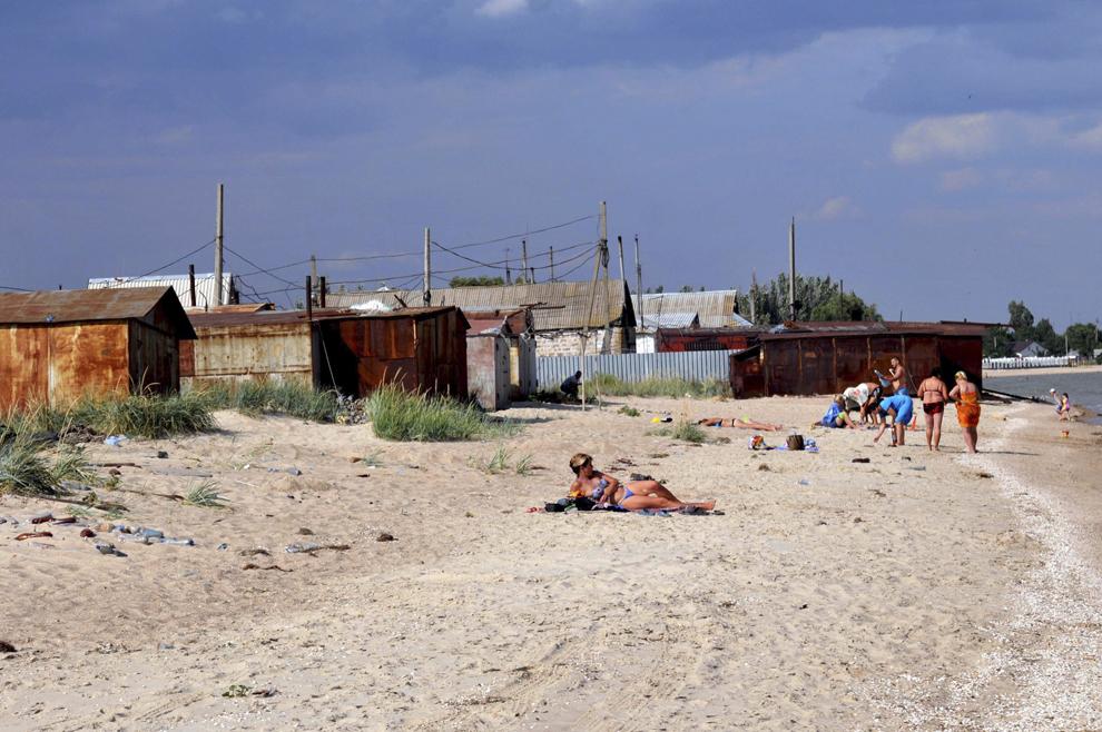 Plaja Mării Azov, în oraşul Novoazovsk, în Ucraina, iulie 2013.
