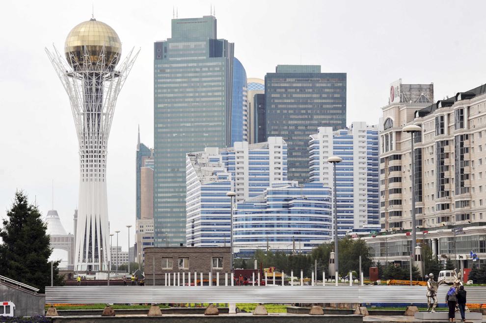 Monumentul Baiterek care simbolizeaza independenţa Kazahstanului, în Astana, august 2013.