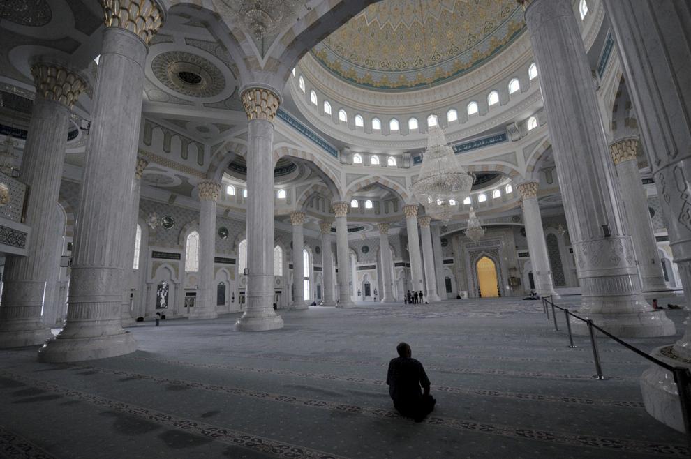 Un credincios se roagă într-o moschee din capitala Kazahstanului, Astana, august 2013.