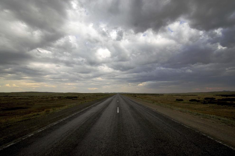 Drumul între Kharaganda şi Balqash, în mijlocul stepei kazace, în Kazahstan, august 2013.