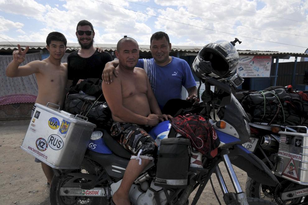 Imagine de la un popas rutier, împreună cu localnici, pe drumul dintre Balqash şi Astana, în Kazahstan, august 2013.