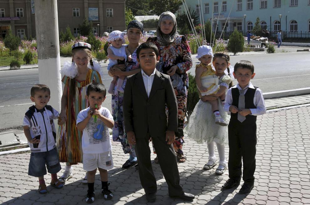 Copii pozează în timpul festivităţilor prilejuite de Ziua Independeţei Republicii Tadjikistan, în Ayni, 9 septembrie 2013.