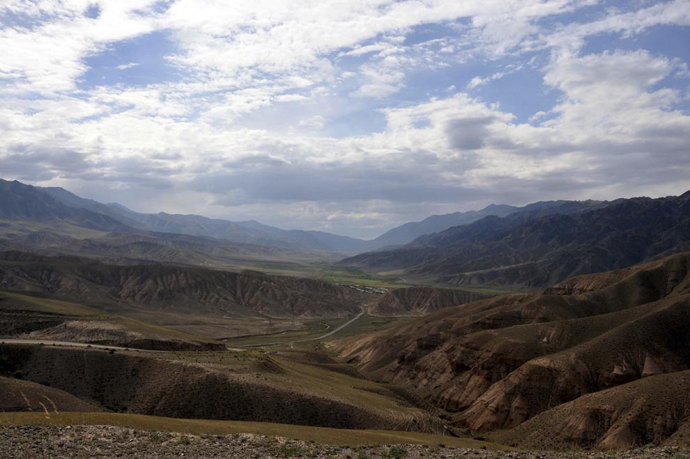 Imagine cu drumul către lacul Song - Kul (3016 m), în Kârgâzstan, august 2013.
