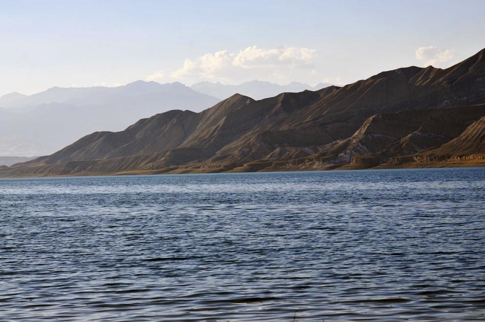 Lacul Toktogul, în depresiunea Fergana, Kârgâzstan, august 2013.