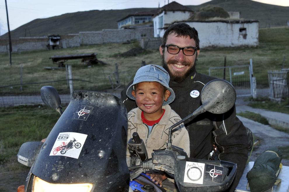 Theodor Pană împreună cu copilul gazdei unui hostel din Sary - Tash, Kârgâzstan, august 2013.