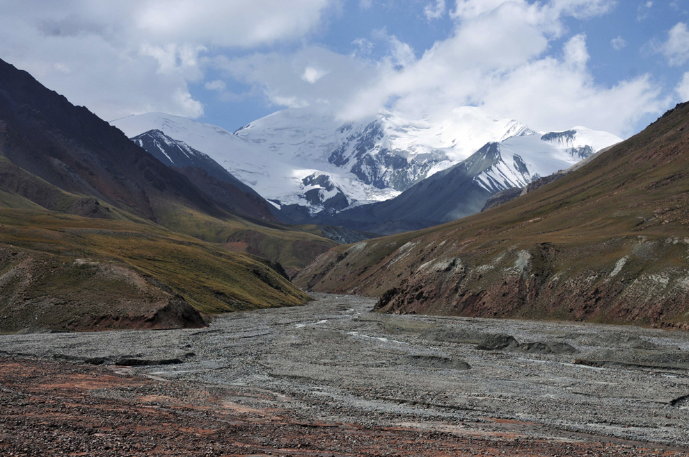Vedere asupra vârfurilor de peste 7000 de metri din Masivul Pamir, în Tadjikistan, august 2013.