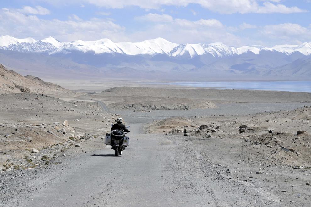 Theodor Pană rulează pe Autostrada Pamir, în Tadjikistan, în apropierea lacului Karakol (3900 m), septembrie 2013.