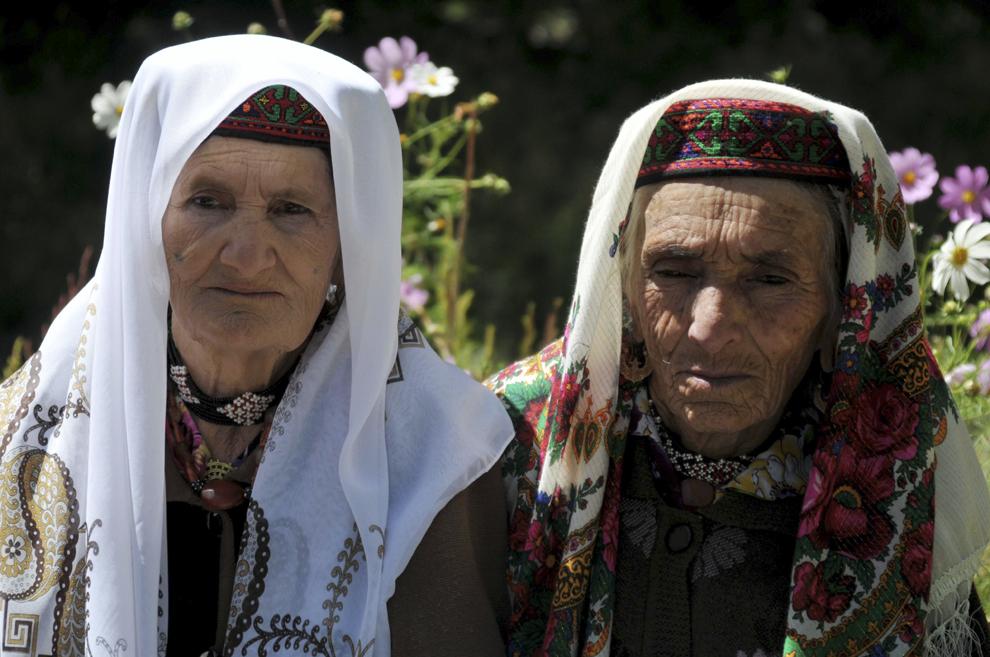 Localnici din satul Hosor, în timpul serbării de deschidere a noului an şcolar, în Tadjikistan, septembrie 2013.