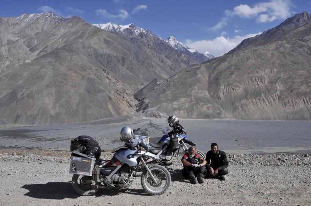 Fotografie de grup pe defileul râului Panj, în coridorul Vakhan, Tadjikistan, septembrie 2013.