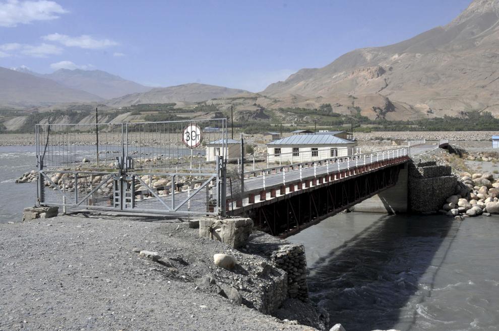 Pod ce reprezintă graniţa cu Afganistan, în localitatea Iskashim, în Tadjikistan, septembrie 2013.