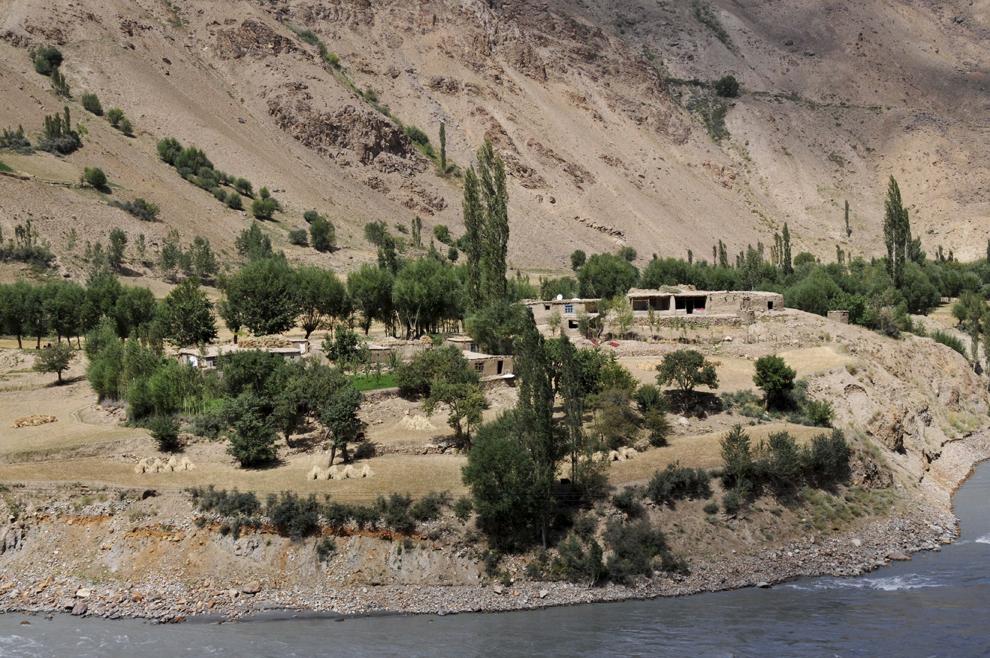 Sat afgan pe defileul râului Panj. Imaginea este realizată de pe malul tadjik.