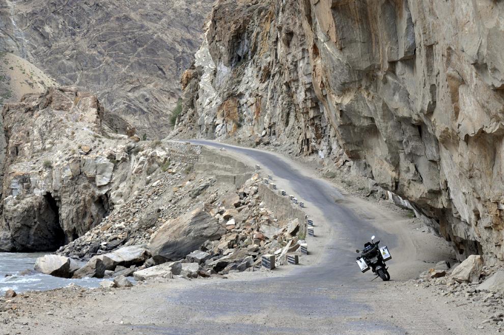 Porţiune de drum îngustă între Khorog şi Kalaikhum, în Tadjikistan, septembrie 2013.