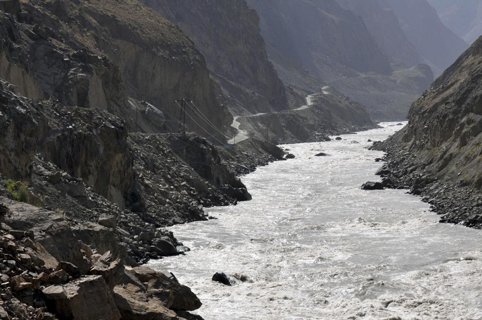 Valea râului Panj, care formează graniţa naturală cu Afganistan.