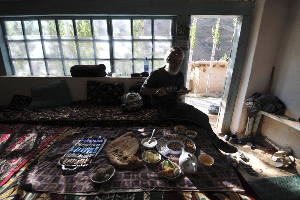 Valeriu Pană mănâncă micul dejun într-o casă tradiţională din Tadjikistan, în satul Farkhing, septembrie 2013.