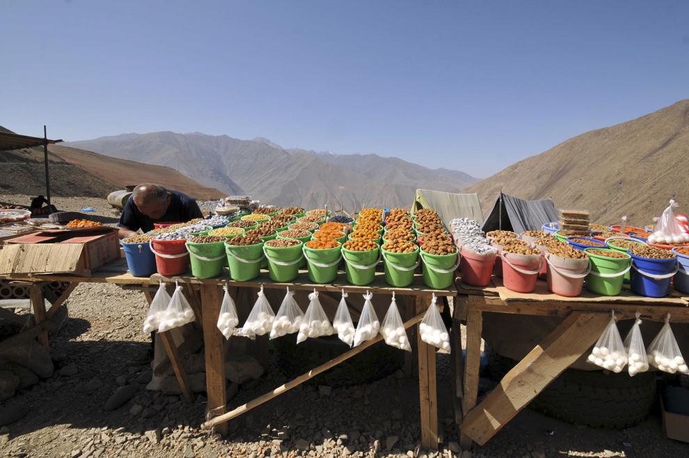 Comerciant ambulant pe marginea drumului între Ayni (Tadjikistan) şi Bekobod (Uzbekistan), septembrie 2013.