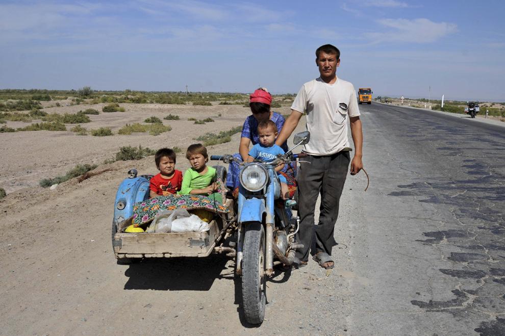 Familie din Uzbekistan pe drumul între Buchara şi Nukus, în Uzbekistan, septembrie 2013.