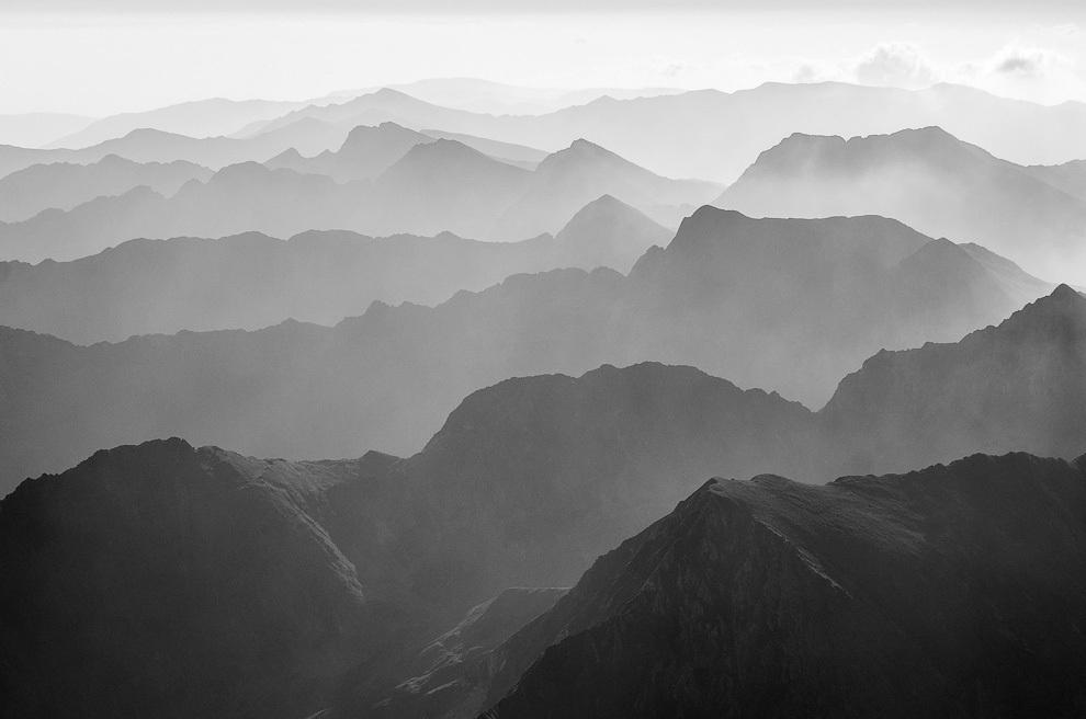 Crestele munţilor Făgăraş după răsărit. În partea dreaptă, sus, se vede Vârful Moldoveanu.