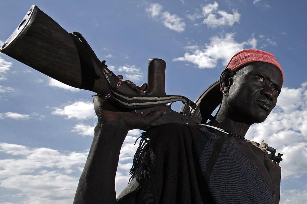 Bărbat din tribul Mursi de pe Valea râului Omo din sudul Etiopiei se întoarce în sat după mai multe zile petrecute cu animalele la păscut.