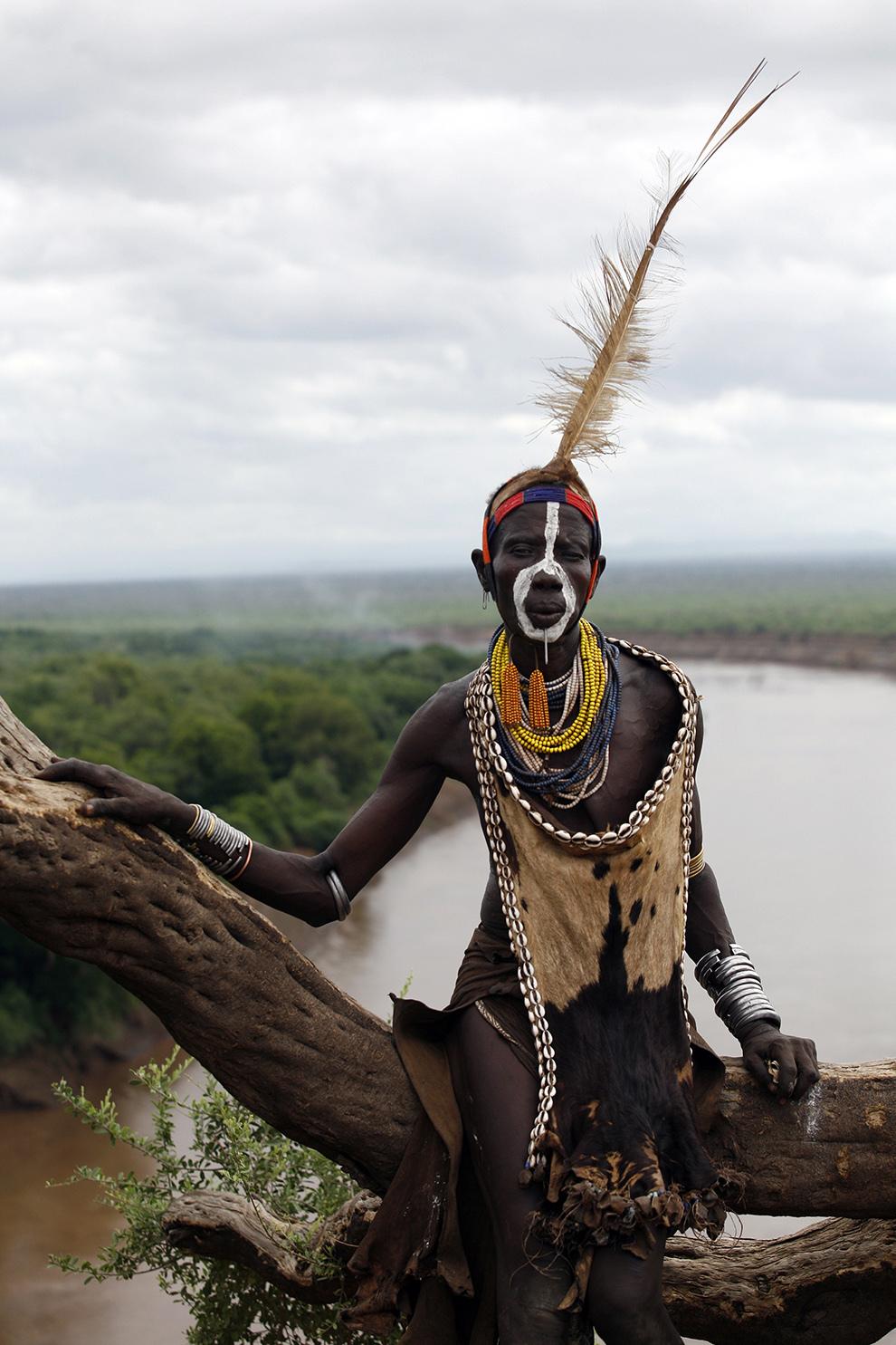 Femeie în vârstă din tribul Karo de pe Valea râului Omo din sudul Etiopiei pozează purtând podoabe şi decoraţiuni tradiţionale.