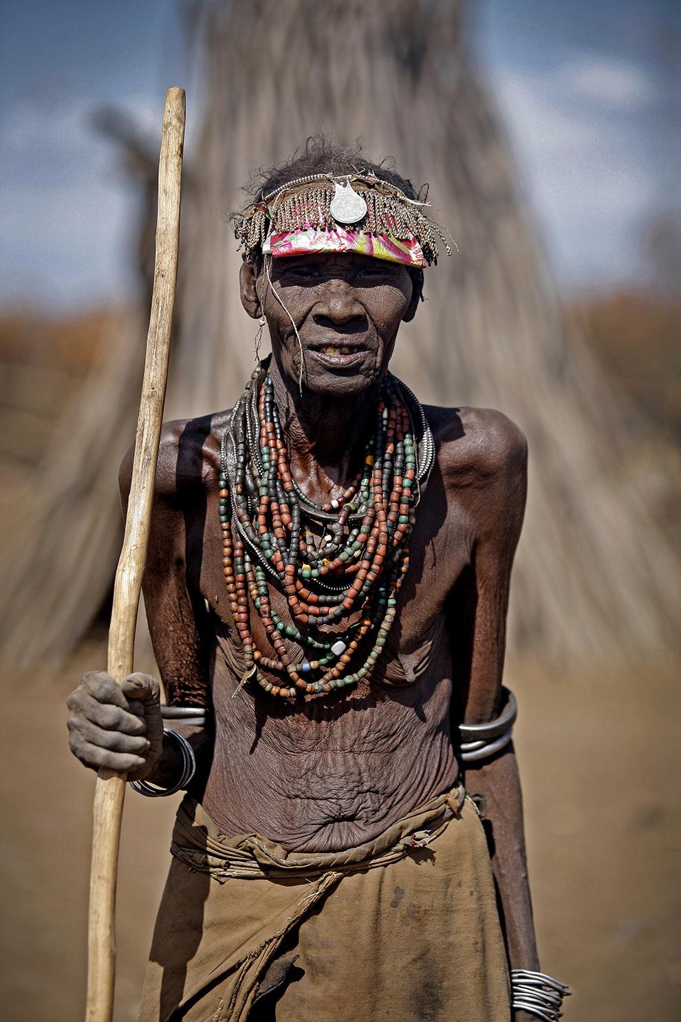 Femeie bătrână din tribul Dassanech de pe Valea râului Omo din sudul Etiopiei pozează cu podoabe tradiţionale.