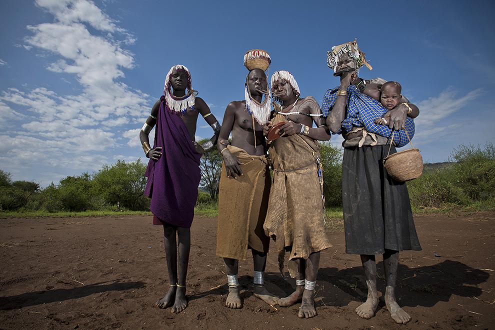 O familie din tribul Mursi de pe Valea râului Omo din sudul Etiopiei pozează în satul lor, devenit atracţie turistică în ultimii ani.