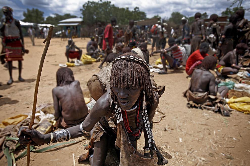 O femeie din tribul Hamer participă la târgul tribal săptămânal în satul Turmi de pe Valea râului Omo din sudul Etiopiei.