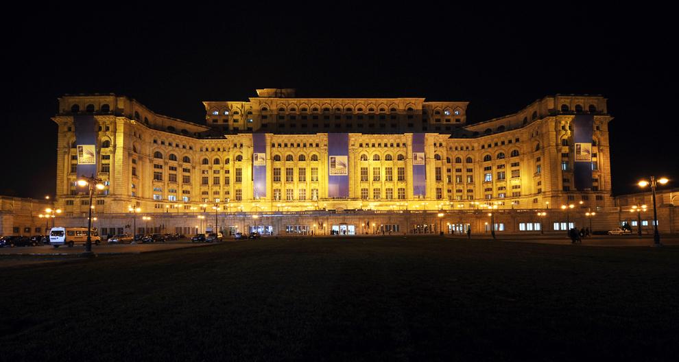 Palatul Parlementului este iluminat în timpul desfăşurării summitului NATO, în Bucureşti, sâmbătă, 2 aprilie 2008.