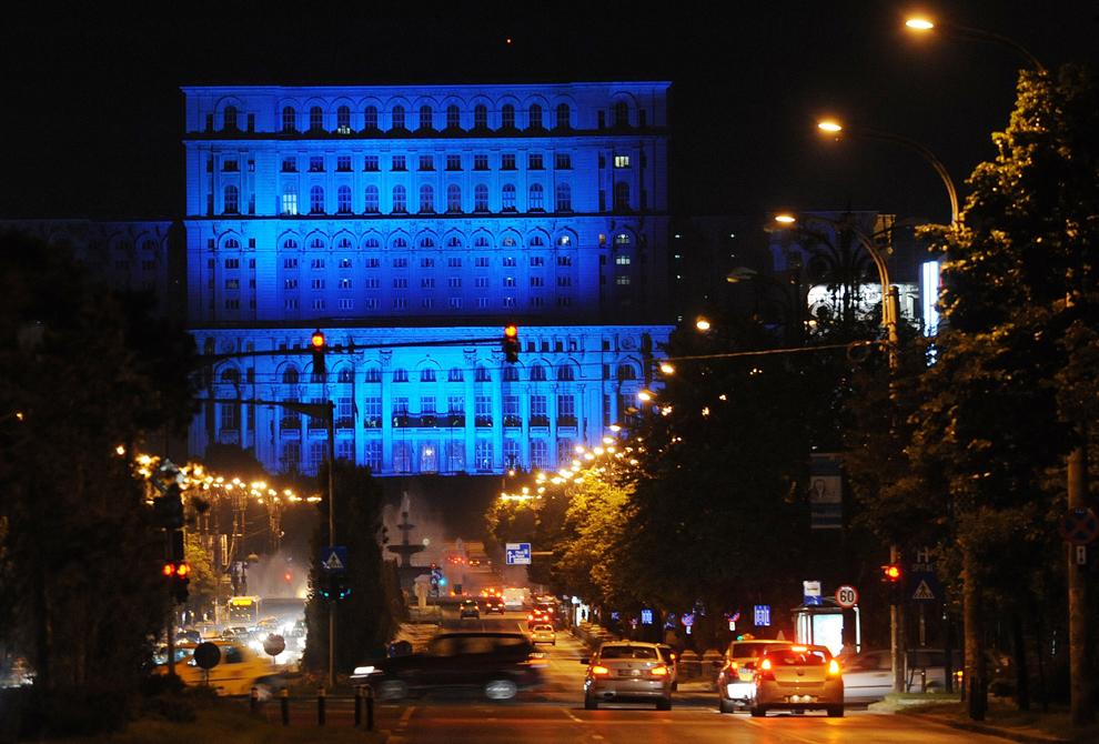 Palatul Parlamentului este iluminat în albastru, culoarea Naţiunilor Unite, în timpul zilei Mondiale a Refugiaţilor, în Bucureşti, vineri, 20 iunie 2014.